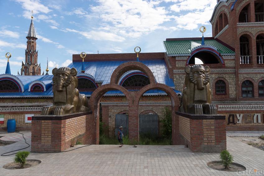 Храм Всех религий Ильдара Ханова. Фрагмент композиции::Виктор Тимофеев. Выставка «Пора тополиного пуха»