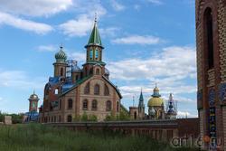 Храм Всех религий Ильдара Ханова. Вид со стороны ж\д полотна