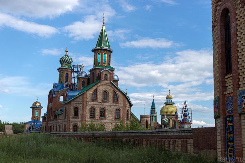 Храм Всех религий Ильдара Ханова. Вид со стороны ж\д полотна::Виктор Тимофеев. Выставка «Пора тополиного пуха»