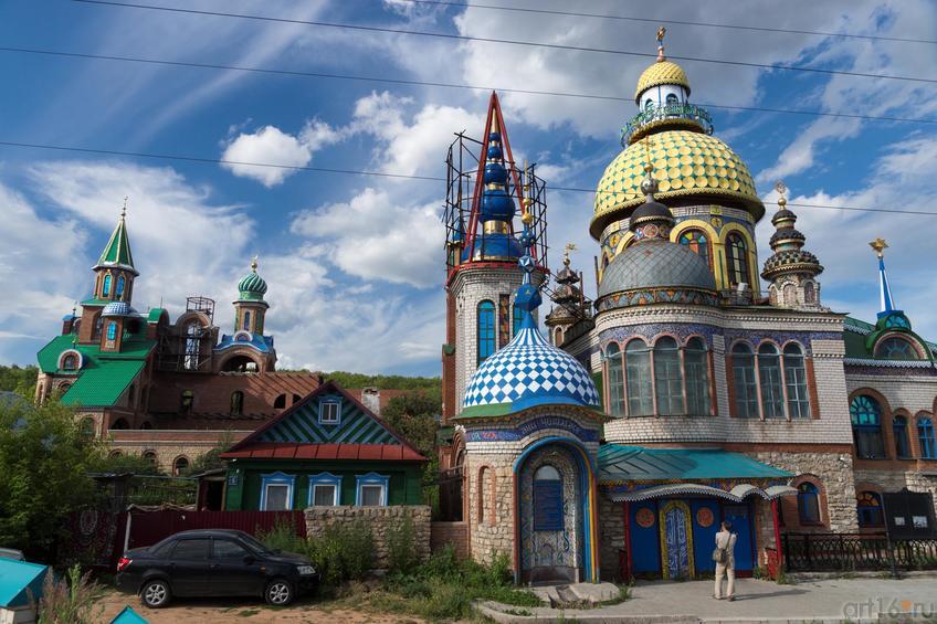 Храм Всех религий Ильдара Ханова. Вид со стороны Волги::Виктор Тимофеев. Выставка «Пора тополиного пуха»