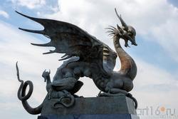 Зилант с детёнышем. Фрагмент скульптурной композиции «Он и она», Даши Намдаков, Казань