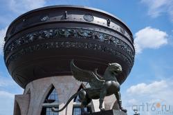 Крылаты барс (он). Даши Намдаков, Чаша, Скульптурная композиция «Он и она», Казань