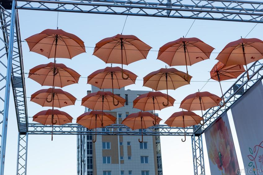 Фото №891407. Оформление сцены зонтиками