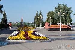 Аллея с цветами перед Спасской башней. Сызрань