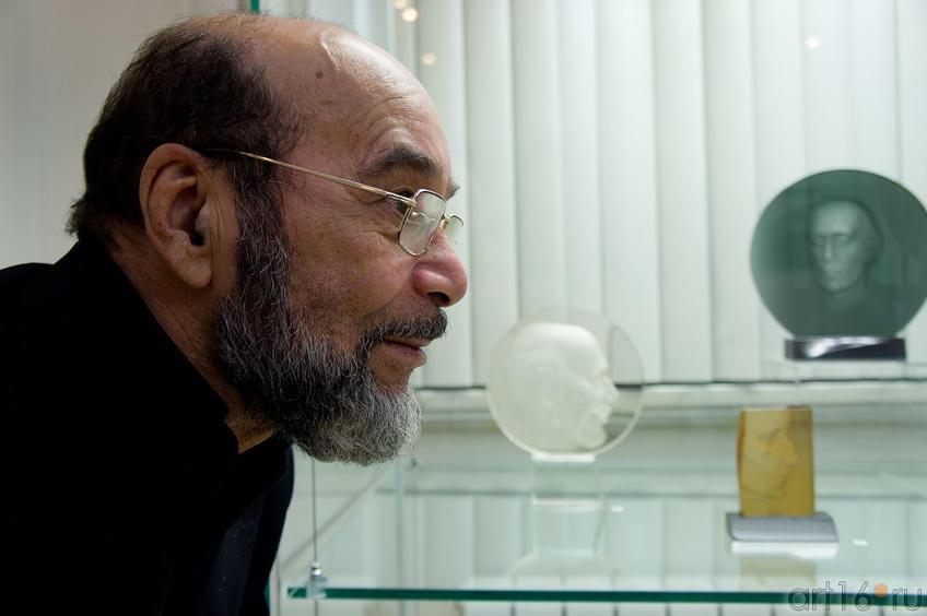 Фото №89298. Фидаиль Ибрагимов на фоне своего портрета работы Фокина А.И.