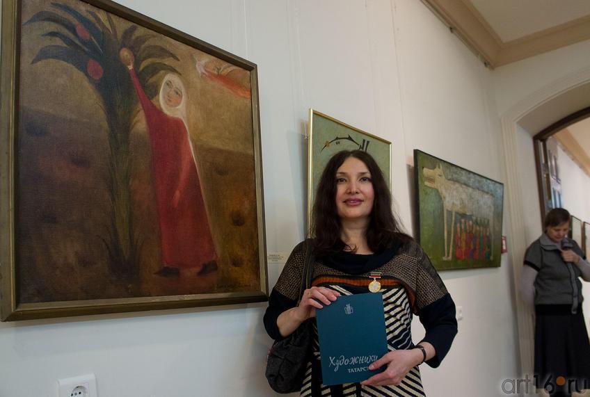 Альфия Ильясова у картины ''Марьям, срывающая плод''