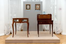 Бюро-секретер («пушкинский столик»). 1820-е. Принадлежало Е.А.Боратынскому (справа)