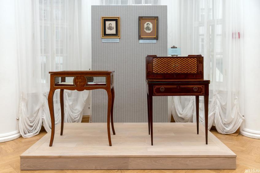 Бюро-секретер («пушкинский столик»). 1820-е. Принадлежало Е.А.Боратынскому (справа)::Выставка «Пушкин и Казань»