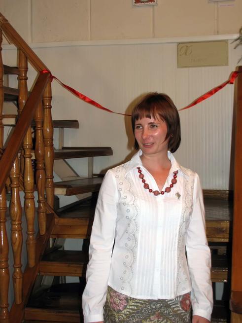 Елена Титова перед торжественным открытием выставки::«Самоварная», выставка Елены Титовой