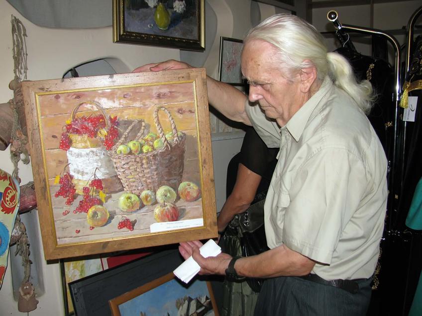 Фото №58450. Владимир Кочунов с картиной ''Калина и яблоки''