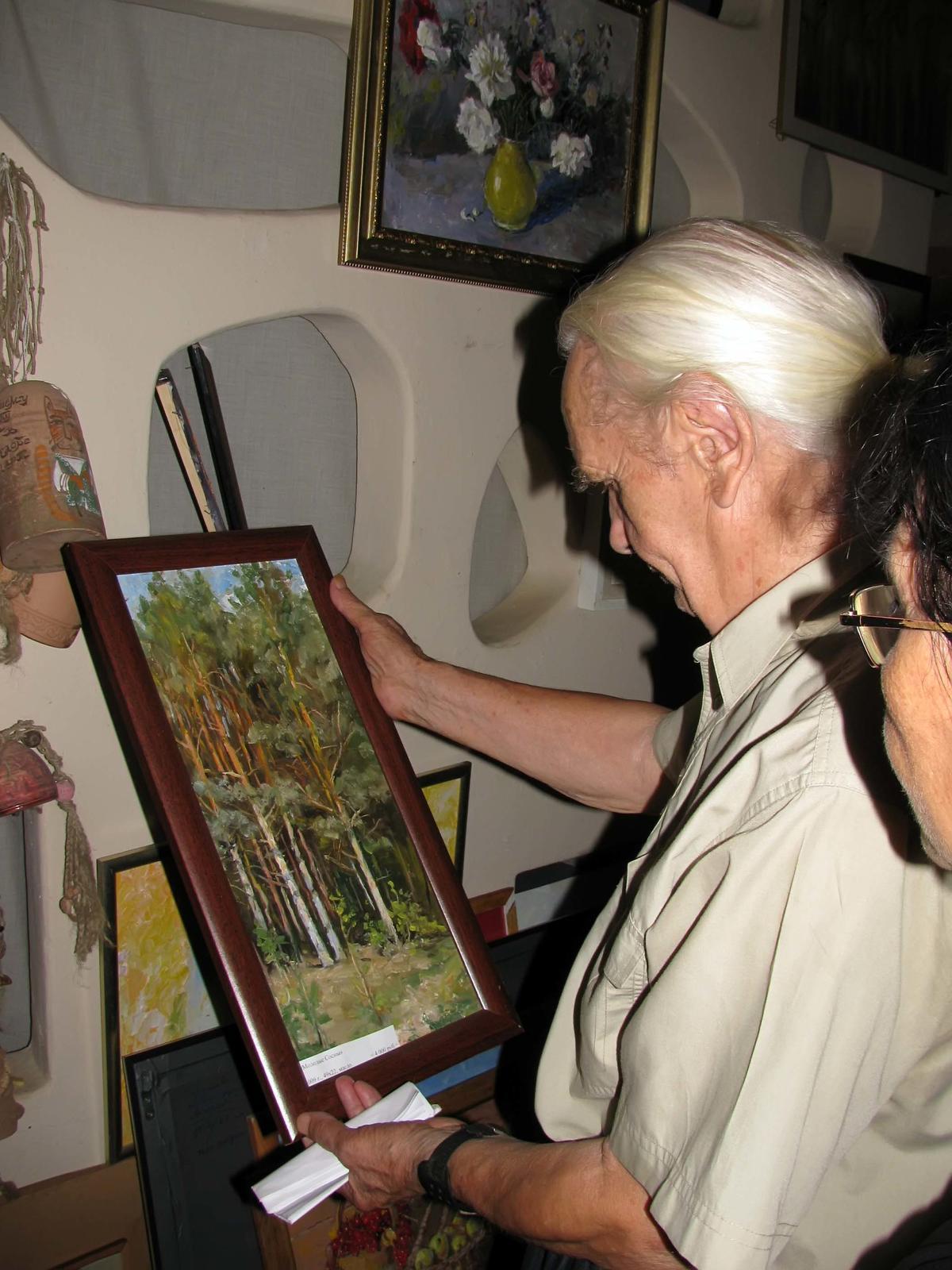 Фото №58456. Владимир Кочунов показывает картину из серии ''Лес''