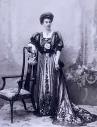 АТЕЛЬЕ «HELENE DE MROZOVSKY» САНКТ-ПЕТЕРБУРГ Портрет неизвестной 1900-е гг.