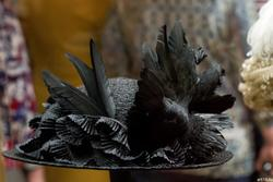 Шляпа с чучелом птицы