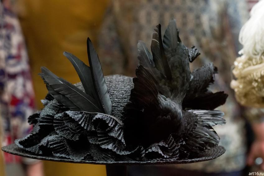 Фото №897435. Шляпа с чучелом птицы