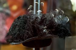 Шляпа с черными страусовыми перьями