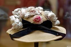 Шляпа с гирляндой из роз