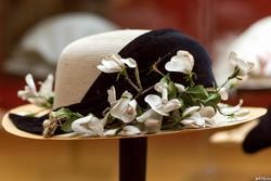 Шляпа с веткой белой глицинии