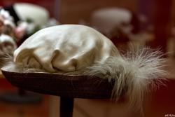 Шляпа с эгретом из белых перьев цапли