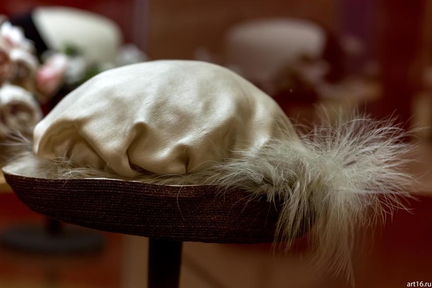 Фото №897475. Шляпа с эгретом из белых перьев цапли