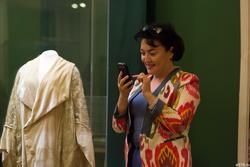 Рамзия Кашапова возле витрины с ротоной к подвенечному платью