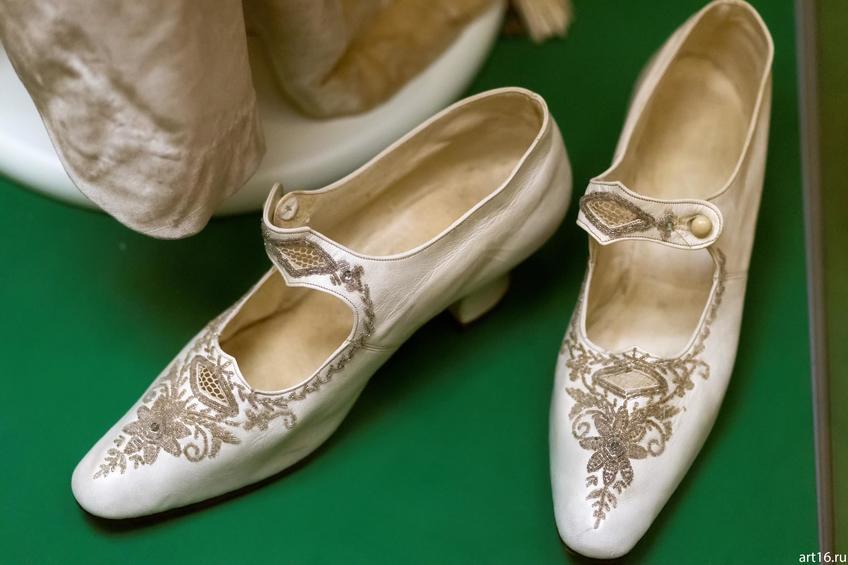 Фото №897511. Туфли из белой лайки с вышивкой биссером