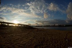 Мост Миллениум в лучах заходящего солнца. Вид с левого берега Казанки