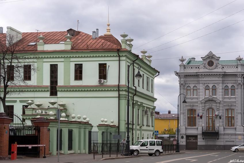 Островского, д. 2 (зеленого цвета) / М.Джалиля, д.3::Казань, осень, природа