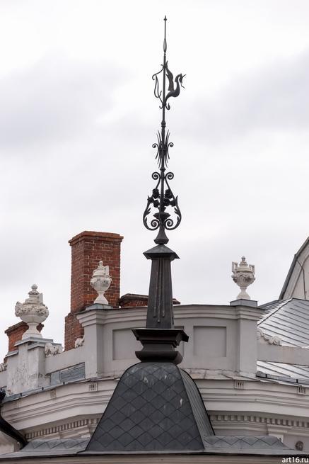 Шпиль с драконом на крыше КазанскогоТЮЗа (Островского, 10)::Казань, осень, природа