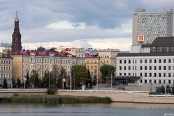 Вид с озера Нижний Кабан на колокольню Богоявленского собора, здание КФУ