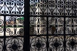 Ажурная решетка на воротах мечети Аль-Марджани