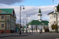 Отель Бал (слева), мечеть Аль-Марджани (в центре); Казань, октябрь 2016