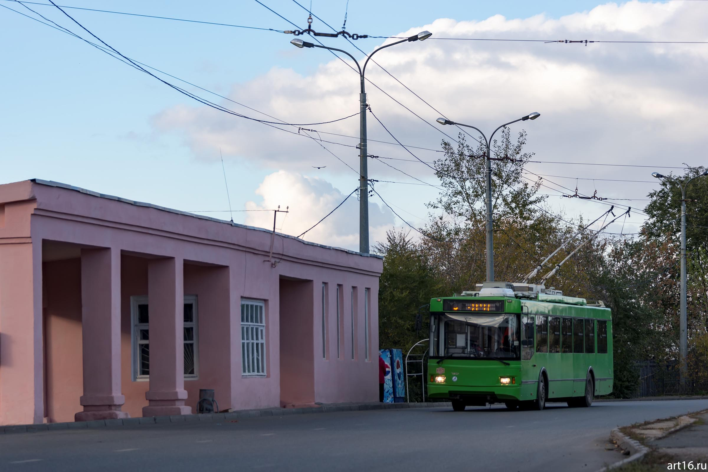 Трамвайно-троллейбусная остановка в Речном порту. Октябрь 2016::Казань, осень, природа