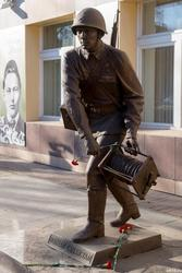 Памятник связисту у здания Таттелекома, Казань, октябрь 2016