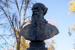 Бюст Льва Толстого