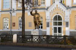 Скульптура С.М.Кирова возле КХТИ (КНИТУ), К.Маркса, 72