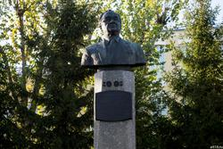 Бюст Котельникова Владимира Александровича. Казань, ул. К.Маркса, октябрь 2016