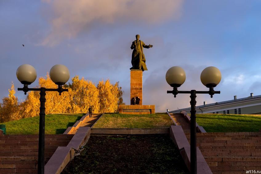 Памятник Муллануру Вахитову по проекту скульптора Ю. Г. Орехова::Казань, закат, сумерки, ночь