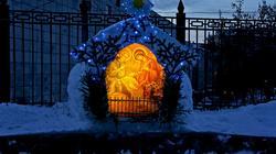 Рождественский вертеп возле церкви Казанской иконы Божией матери