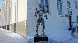 Робот-полицейский, стоящий возле здания Речного вокзала