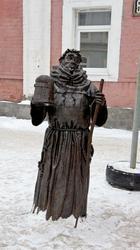 Скульптура весельчака монаха с кружкой пива и посохом. Пермский Арбат