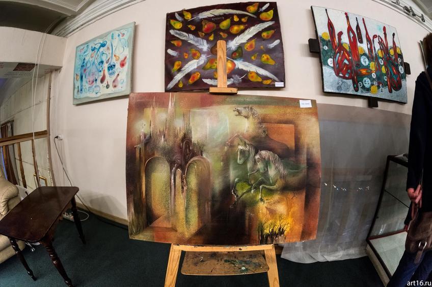 Фото №915602. Фрагмент экспозиции выставки А.Бусыгина, в центре картина «Сны / Кони»