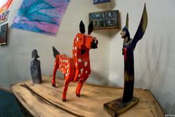 Арт-объекты. Фрагмент экспозиции выставки А.Бусыгина «Царь художников и все, все, все»