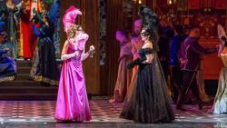 Адель и Розалинда в костюмах и масках
