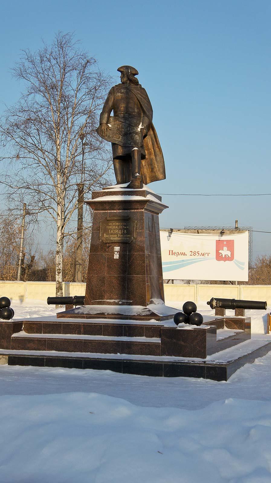 Фото №91789. Памятник основателю г. Перми Татищеву Василию Никитичу в Разгуляе. Пермь, январь 2012