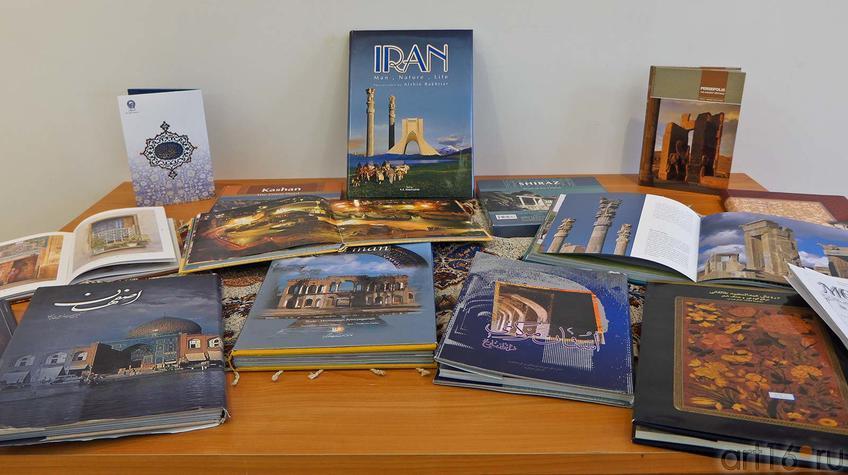 Фото №92106. Витрина с книгами и журналами, изданными в Иране