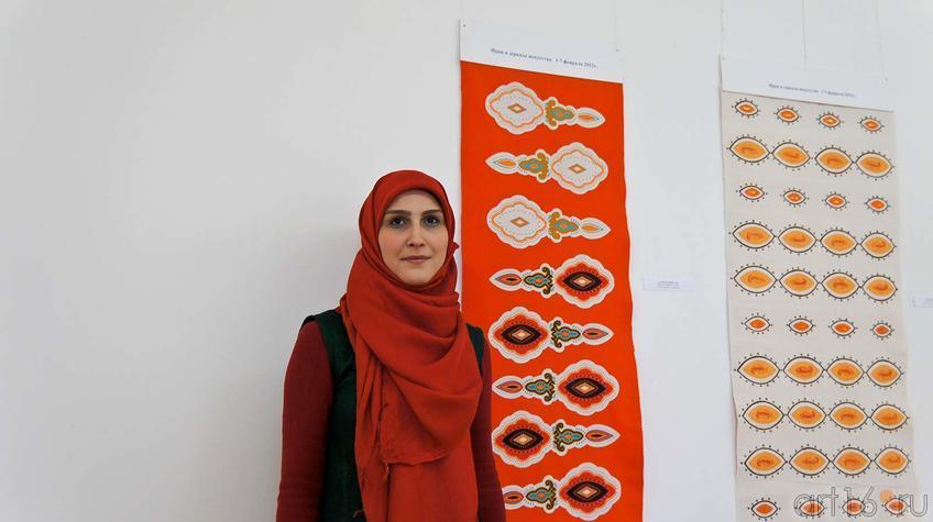 Фото №92141. Азаде Махини возле декоративного панно (ткань, набойка, аппликация)