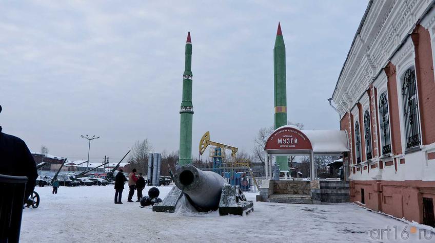 Площадка перед музеем Мотовилихинского завода::Мотовилиха