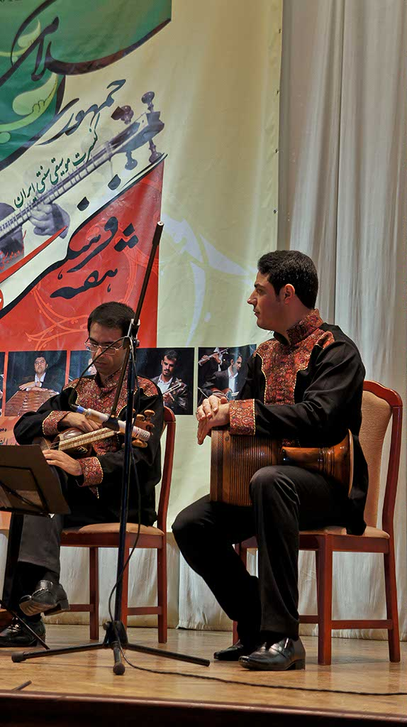 Фото №92427. Асгар Рахмани Пакраван (Тар бас), Хамид Зареи (Тонбак) - ансамбль ''Фараби'' (Иран) на концерте в НКЦ ''Казань