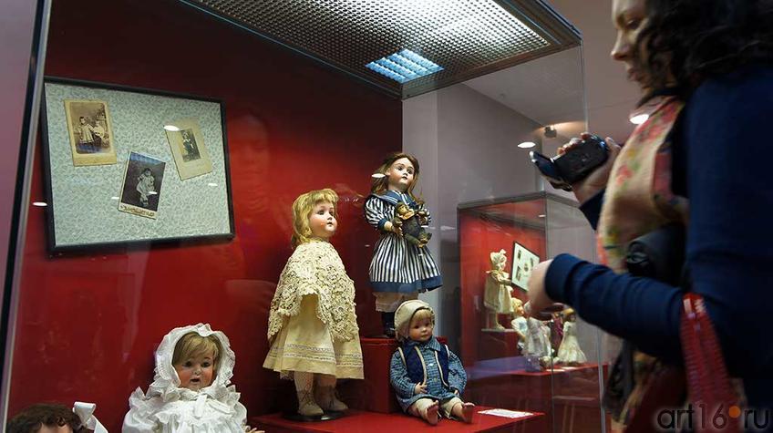 У витрина с Германскими куклами на выставке ʺТа самая куклаʺ::Та самая кукла
