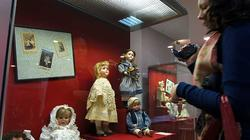 У витрина с Германскими куклами на выставке